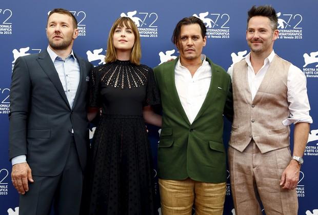 Joel Edgerton, Dakota Johnson, Johnny Depp e o diretor Scott Cooper no Festival de Veneza (Foto: Reuters)