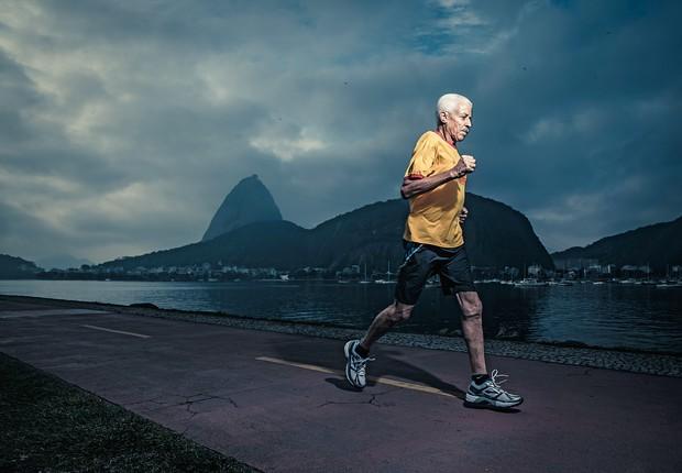 PERSISTÊNCIA Freitas, de 78 anos, no Aterro do Flamengo. Ele continua competindo (Foto: Stefano Martini/ÉPOCA)