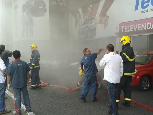 Fumaça também foi vista do lado de fora da concessionária no DF onde houve um incêndio na manhã desta quinta-feira (15) (Foto: Reprodução)