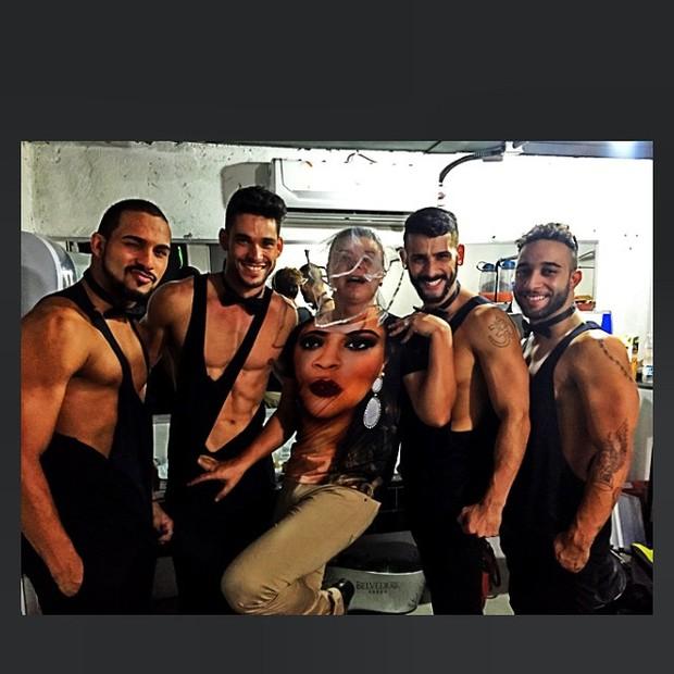 David Brazil com os bailarinos de Preta Gil nos bastidores de show no Rio (Foto: Reprodução/Instagram)