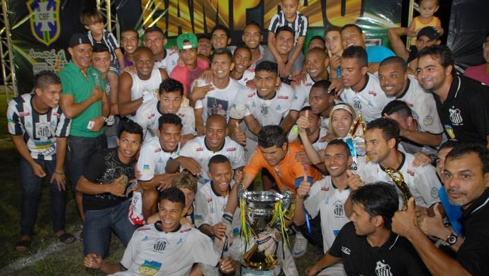 Jogadores do Santos/AP comemoram título de campeão amapaense 2013, em Macapá (Foto: Gabriel Penha/GE-AP)