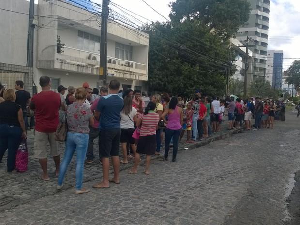 Eleitores se aglomeram em Bairro Novo para cadastramento biométrico (Foto: Marcos Correia/TV Globo)