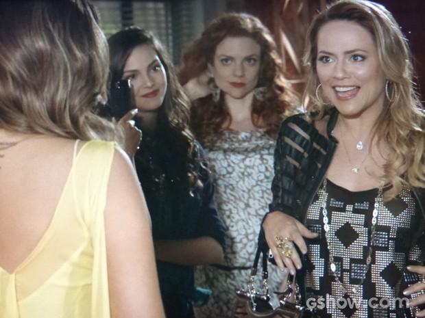 Shirley mal acredita ao ver a filha toda glamourosa posando para as fotos (Foto: Em Família/TV Globo)