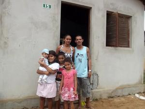 Glaydson Paulino mora na casa invadida com a mulher e cinco filhos (Foto: Fred Carvalho/G1)