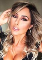 Aline Rodrigues posa sensual após vencer concurso na internet