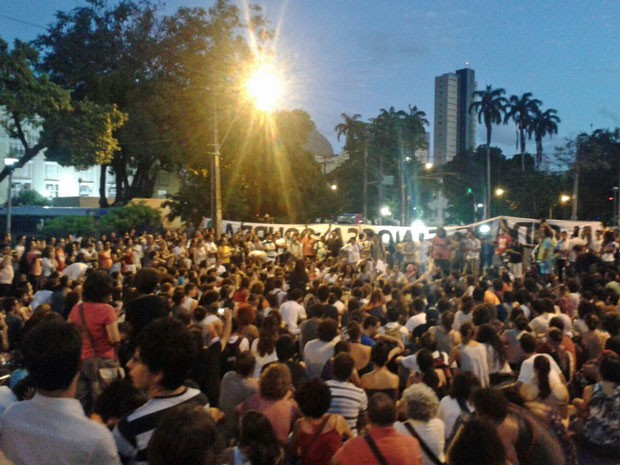 Grupo protesta contra plano imobiliário para o Cais José Estelita (Foto: Vitor Tavares/G1)