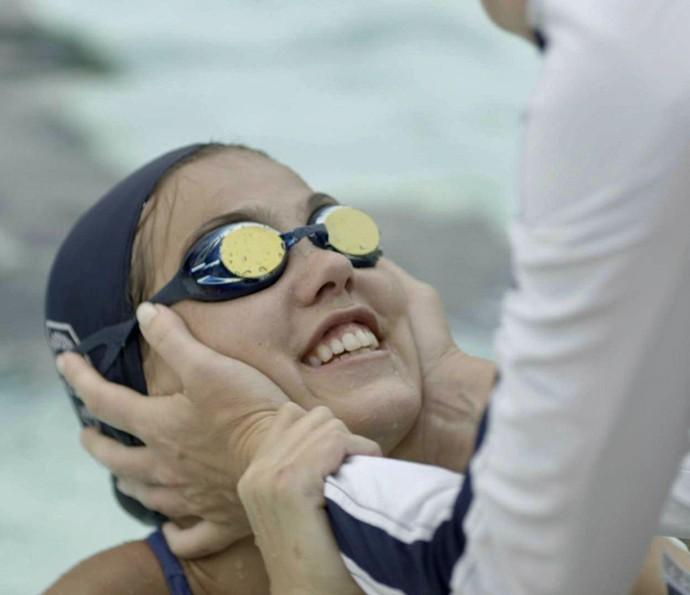Alina comemora a vitória com Monique (Foto: TV Globo)