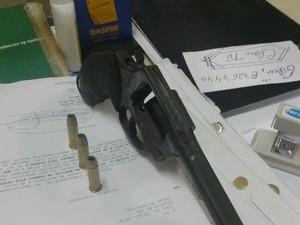 Revólver usado em latrocínio que vitimou cobrador de ônibus. (Foto: Reprodução/TV Liberal)