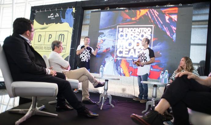 Mesas redondas debates sobre moda autoral. (Foto: Davi Magalhães / DFB)