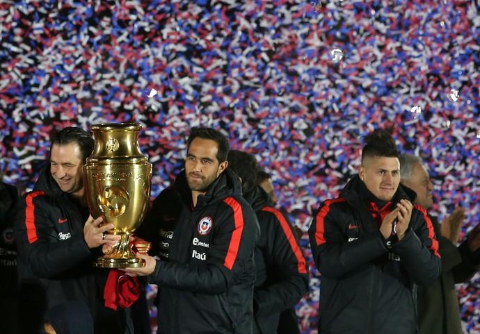 Bravo na festa do Chile após a Copa América Centenário (Foto: AFP)