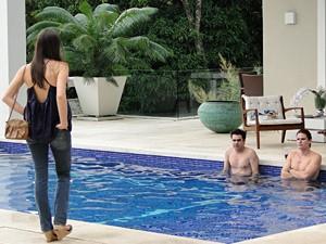 Conrado e Serginho babam quando Cida surge (Foto: Cheias de Charme/ TV Globo)