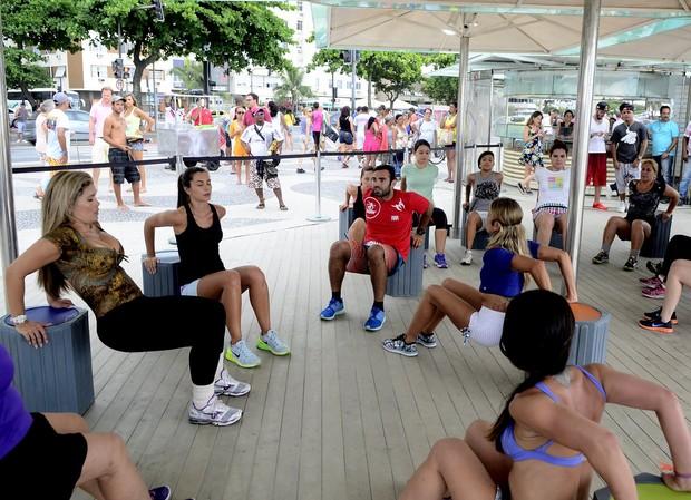 Mulher Maçã participa de aula na praia de Copacabana, no Rio (Foto: Roberto Teixeira/EGO)