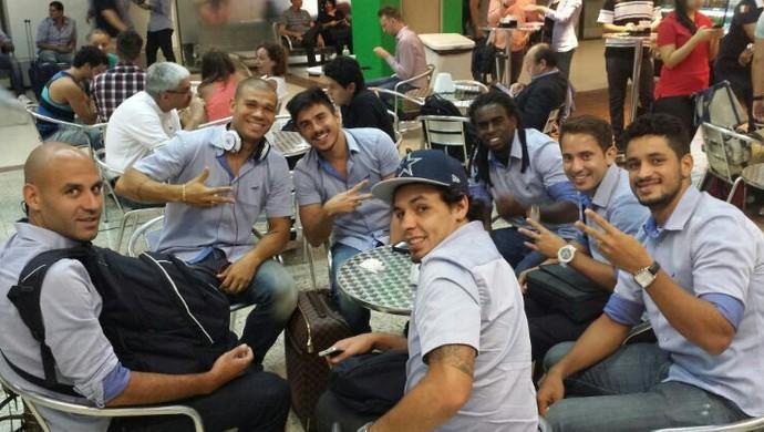 Jogadores do Cruzeiro no aeroporto em São Paulo (Foto: Nilton / Arquivo Pessoal)