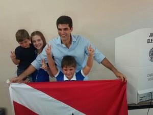 Helder Barbalho vota no Pará acompanhado da família (Foto: Alexandre Yuri / G1)