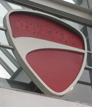 Logo da Ducati na Juscelino Kubitschek (Foto: Rafael Miotto/G1)