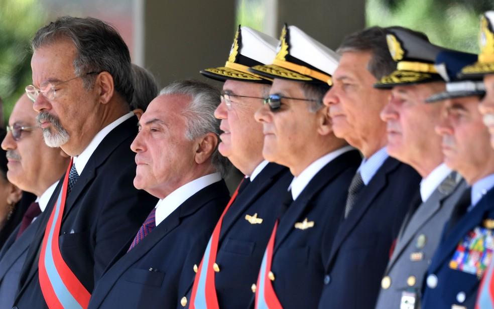 O presidente Michel Temer, ao lado do ministro Raul Jungmann (Defesa), em cerimônia da Marinha, em Brasília (Foto: Evaristo Sá / AFP)