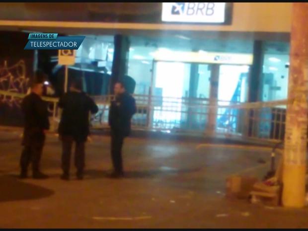 Fachada de agência do Banco de Brasília que teve dois caixas eletrônicos explodidos nesta terça-feira (22) (Foto: Reprodução)