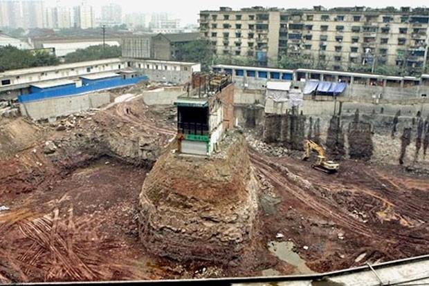 Prédio ficou isolado após dono recusar oferta para demoli-lo em Chongqing (Foto: Mark Ralston/AFP)