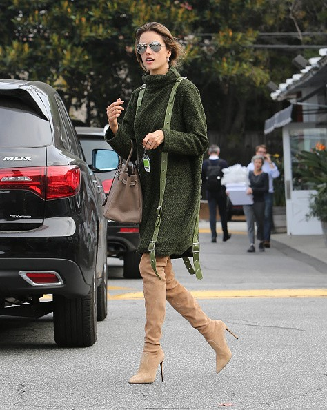 Alessandra Ambrosio mostra como investir na bota over the knee no dia-a-dia (Foto: Getty Images)