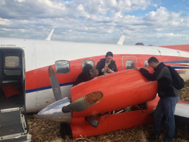 Peritos fazem coleta de dados de avião (Foto: DCaio Vasques / RPCTV Foz do Iguaçu)