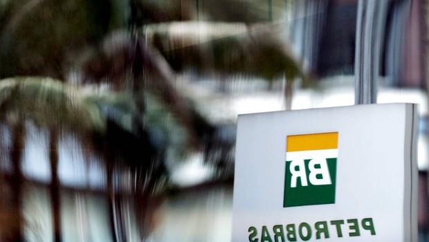 Placa da Petrobras é refletida em vidro de uma loja no Rio de Janeiro (Foto: Reprodução/Facebook)