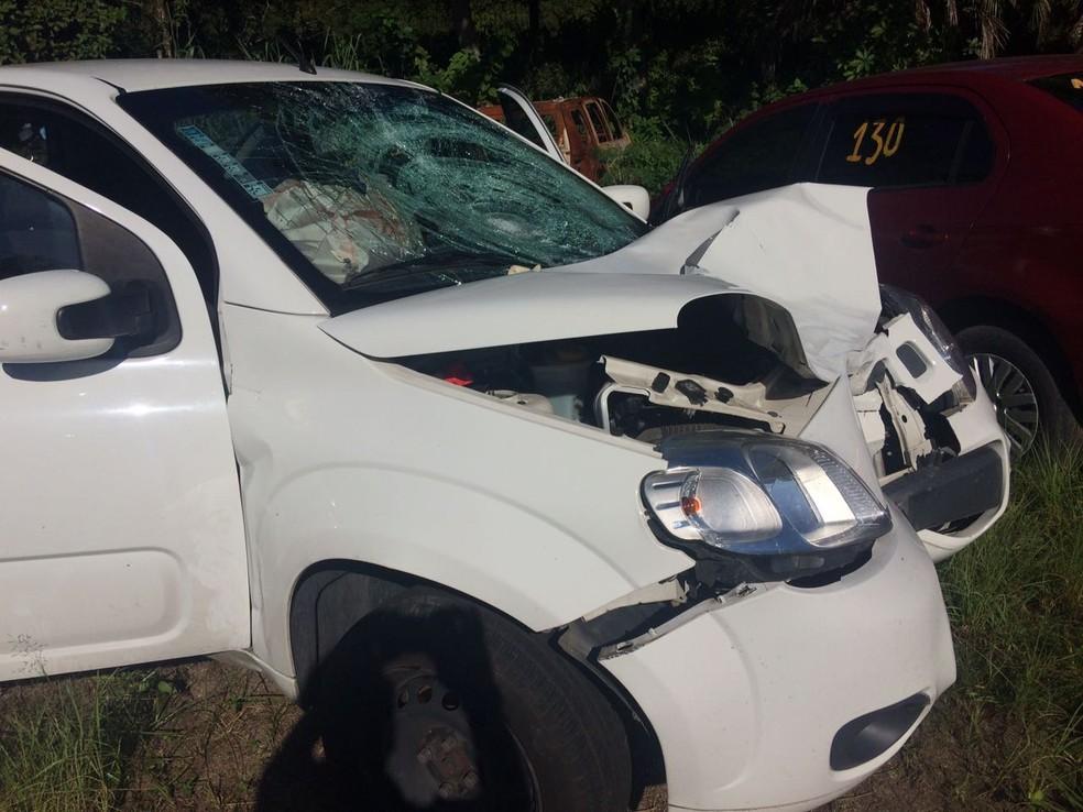 Carro bateu na traseira da moto em que estavam duas mulheres (Foto: Naim Campos/RBS TV)