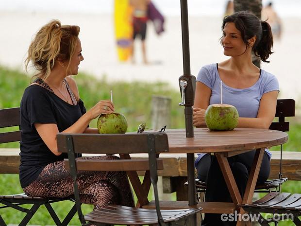 Shirley e Verônica batem papo na orla antes de serem interrompidas por Laerte (Foto: Fábio Rocha/ TV Globo)
