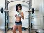 Bella Falconi ergue camisa para mostrar tanquinho na academia