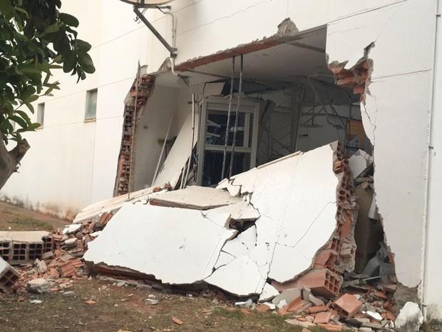 Criminosos explodiram uma parede lateral do banco (Foto: Ana Carolina Magalhães / Inter TV dos Vales)