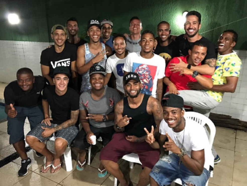 Luizinho (de vermelho) em confraternização com geração 93 do Vasco: Luan, Romarinho e Muralha, entre outros (Foto: Reprodução)