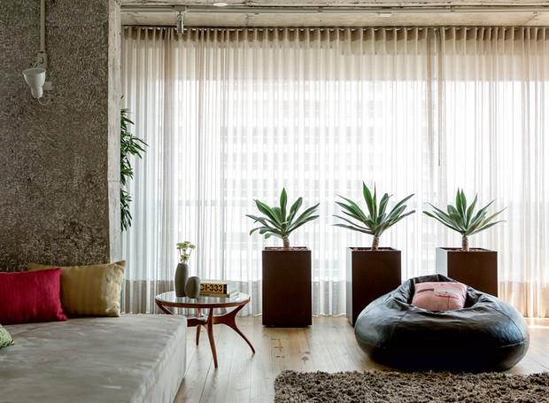 apartamento-decoracao-estudio-vitor-penha-estilo-industrial-concreto-aparente-janela (Foto: Edu Castello/Editora Globo)