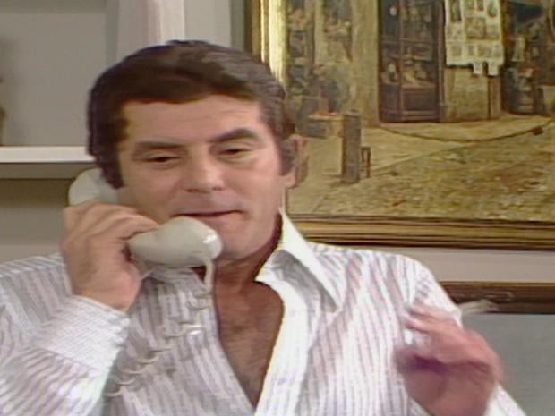 Csar telefona para Bruno contando que Carina est viva e diz que est apavorado (Foto: Reproduo TV Globo)