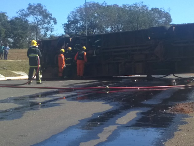 Bombeiros trabalham para remover óleo que caiu na pista após acidente com ônibus em Brasília (Foto: Gabriella Julie/G1)