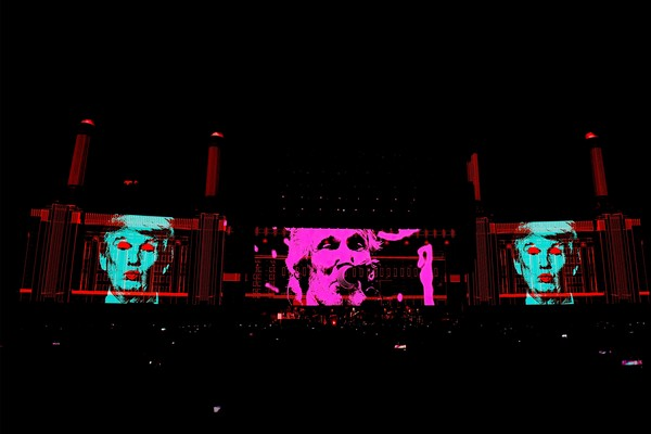 INDIO, CA - OCTOBER 09:  An illustration of Donald Trump appears on the screen during Roger Waters performance at Desert Trip at the Empire Polo Field on October 9, 2016 in Indio, California.  (Photo by Kevin Winter/Getty Images) (Foto: Getty Images)
