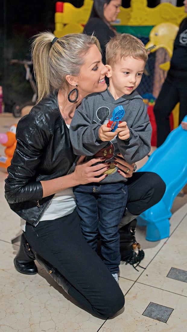 Ana Hickmann e o filho, Alexandre Jr.  (Foto:  )