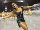 Debaixo de chuva, ex-BBBs Fabiana e Kelly exibem curvas no Anhembi