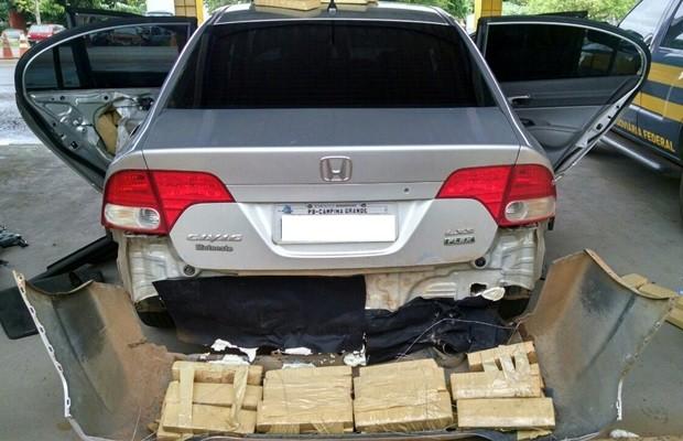Drogas estavam escondidas em veículo roubado, com placas clonadas (Foto: Divulgação/PRF)