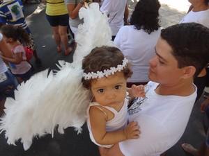 """Com asas """"de verdade"""" menina vira anjinho no Círio de Belém (Foto: Glauce Monteiro/G1)"""