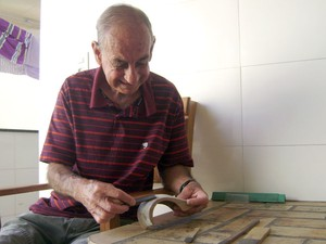7f5b5962bcc José Raimundo de Morais artesão de miniaturas de carros em Divinópolis MG  (Foto  Marina