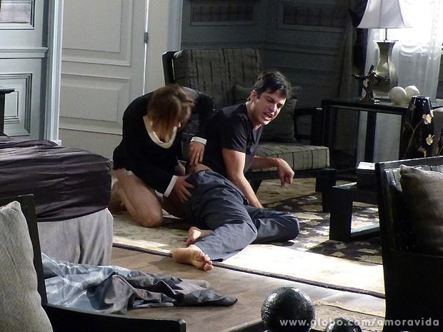 Félix se arrebenta todo por causa do skate de Jonathan ao lado da cama (Foto: Amor à Vida / TV Globo)