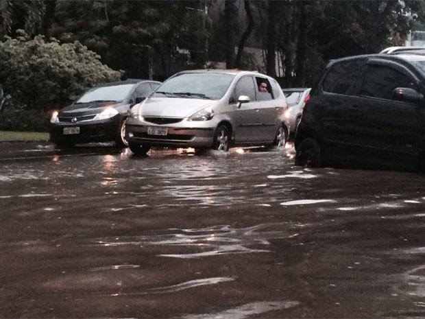 Chuva deixou trânsito complicado no Rio (Foto: Daniel Silveira / G1)