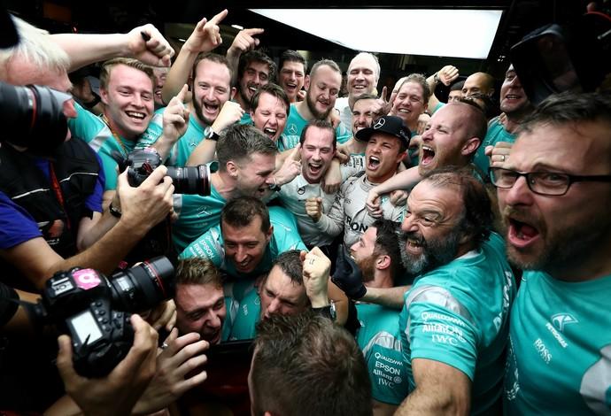 Festa de Nico Rosberg e dos mecânicos da Mercedes em Abu Dhabi (Foto: Getty Images)