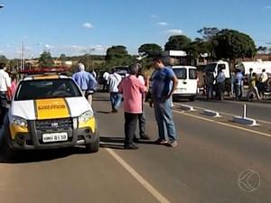 Ciclista foi atropelado por ambulância (Foto: Reprodução/ TV Integração)