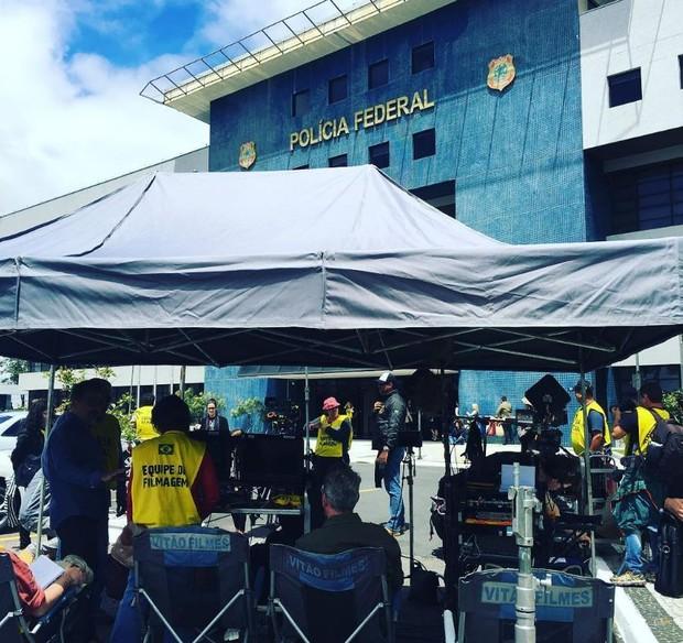 Set de filmagem de A Lei é Para Todos em frente à sede da Polícia Federal em Curitiba, no Paraná (Foto: Reprodução/Instagram)