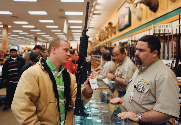 LIVRE PARA ATIRAR Um homem compra um rifle em promoção numa loja de armas no Estado do Texas. A posse de armas nos Estados Unidos é uma tradição presente na Constituição (Foto: Jessica Rinaldi / Reuters )