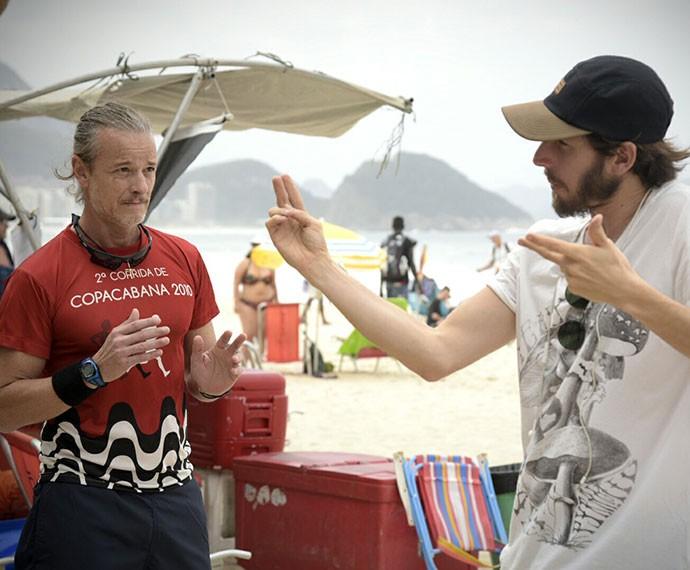 Marcello ouve as orientações do diretor Henrique Sauer (Foto: Raphael Dias/Gshow)