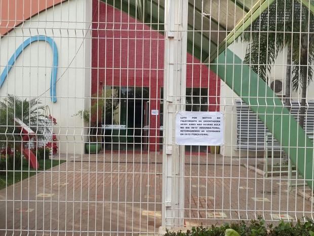 Na frente da Escola Padre Josimo Tavares foi colocada um aviso com a notiícia da morte da orientadora educacional (Foto: Rachel Lemos/TV Anhanguera)