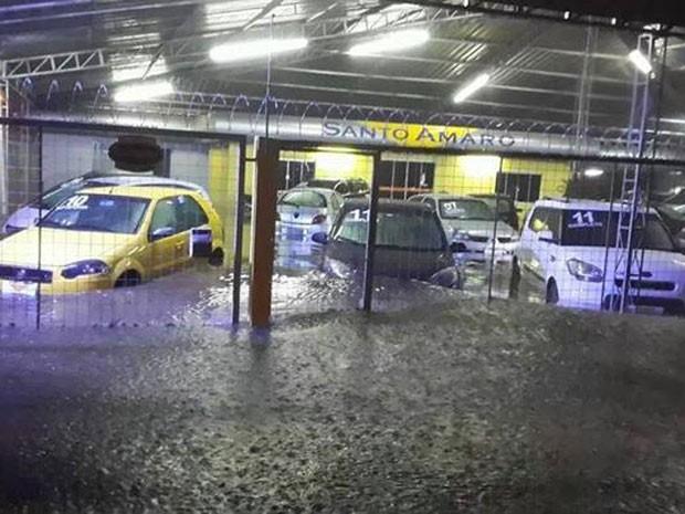 Revenda de carros também foi atingida pelo alagamento em Esteio (Foto: Jéssica Matos/Arquivo Pessoal)