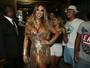 Nicole Bahls usa look dourado decotadíssimo e 'causa' na Sapucaí