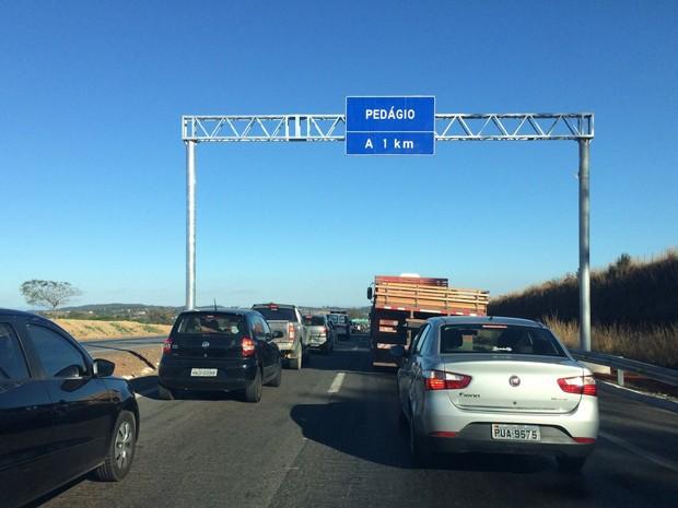 Filas para pagar o pedágio na BR-040 chegavam a cerca de um quilômetro (Foto: Armando Oliveira/TV Globo)